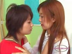 Yatak üzerinde tutkuyla Sucking Tongues Öpüşme 2 Asian Girls