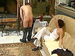 Rijpe dame domineert jongeman