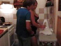 Joufflu ci a amusement chauds in kitchen