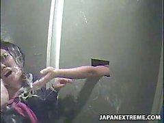 Japanischen Mädchen am allgemeinen Toilette eingeschlossen