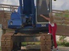 Большими сисяндрами Carol Goldnerova позирует с копать машину