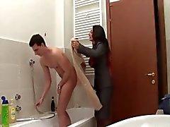 moeder voer in de badkamer - Italiaans
