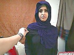 Араб женщина получает по делам беженцев класса Д и любит его