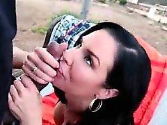 Vahşi esmer yiyor ve siyah bir sertlik sikiyor