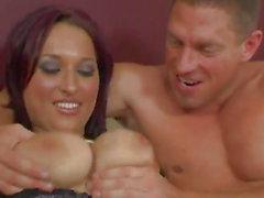Cougar avec de gros seins donnant son Titjob Guy avant de gémir comme son anal est Banged Hardcore