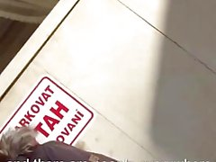 Mofos - schmutzige Teen wird mit Fremden aufgenommenen