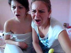 Filles lesbiennes blonde et brune léchant et jouant