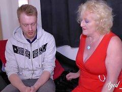 Reife Oma in Strümpfen verführt jungen Mann und fickt ihn