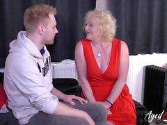 Kypsät mummo sukkia viettelee nuoren miehen ja vittuile hänelle