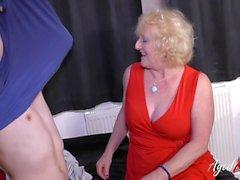 Granny mature en bas séduit jeune homme et le baise
