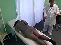 Nena juega con la masaje herramienta hospitalaria falso