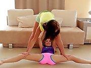 Niedliche flexible Freundinnen nackte Dehnung