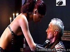 El abuelo masoquista encuentra una amante hermosa de 18 años