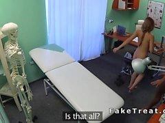 Infermiera bionda scopa la dei pazienti dopo che i test