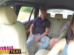 Kvinna Fake Taxi Expert fitta slickar gör sexig tjeckisk förare cum