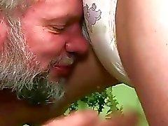 Opa en tiener in extreme pissing sex actie