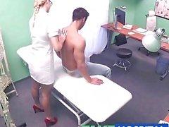 FakeHospital paciente recebe o tratamento sexy