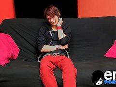 Väl byggt emo twink Andy Kai ger kuken ett good gnugga