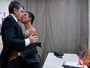 Asya twink Alex ve baba bir ofiste bir anal seks