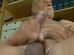 дедушка Cum на кулачке и вкуса его заместителем