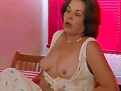 Hairy Mature in hete masturbatie en orgasme