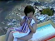 ein haariges reife Gattin ersten Mal nackt am FKK-Strand