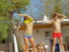 Zes naakte meisjes bij het zwembad uit italia
