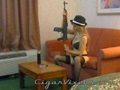 Angelina fuma um charuto