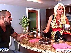 Busty блондин Alura Дженсона ебать соседки