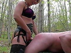 Strapon in den Wäldern