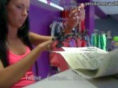 Mager meisje in lokale winkel betaald voor hardcore kutje neuken