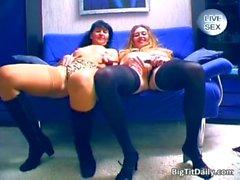 Deux sluts de lesbiennes brune plantureuse baise