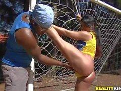 Squisita slut brasiliana dei di Dani Lopes succhia cazzo nel sole