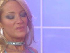 Pechugón de Jessica Drake se llega masturbado con el consolador doble de