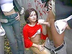 Een man rukte door 2 meisjes buiten CFNM