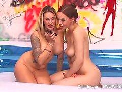 Jessica Lloyd y Tina Kay en la piscina para