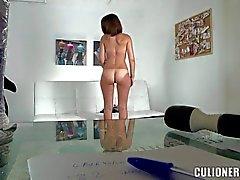 De Lara bébé jouant sa chatte tête blanche à casting porno