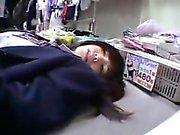 Nettes asiatisches Schulmädchen erhält humped und versucht heraus Spielwaren in einem