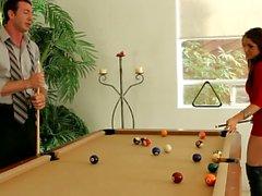 Nena de rojo Giselle de Leon jugando pool