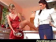 Dois sluts horny compartilham um galo na cozinha e se revezam chupando