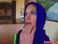 Müslüman güzelliği nakit için sikişiyor