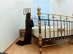 Nun bidt voor harde pik en haar gebeden worden verhoord en ze wordt geneukt