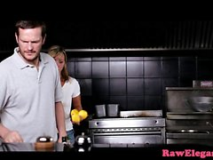 Deepthroating Eurobabe inculare a cucina