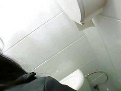 Niedliches Küken Kristyna jizzed in der Toilette