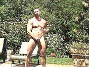 Hairy ayi Brad by the pool salonu bulunur ile azgın duygu başladığında