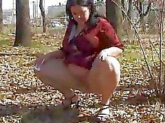 Vollbusige whore pißt outdoor