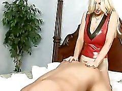 Kinky milf Brittany Andrews neukt haar mans kont met haar enorme Starp op