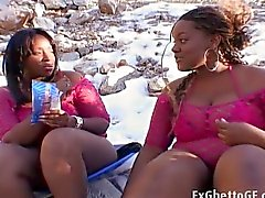 Två stora huv girls in en en trekant
