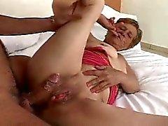 65yr oude Braziliaanse Oma zuigt Fucks en Assfucked