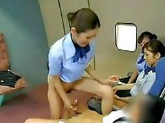Aeromoça Asiático batendo o capitão
